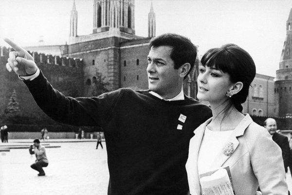 Na archívnej snímke z 11. júla 1963 americký herec Tony Curtis a jeho manželka Christine Kaufmannová.