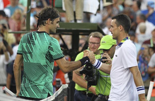 Roger Federer (vľavo) prijíma gratuláciu od Roberta Bautistu Aguta.