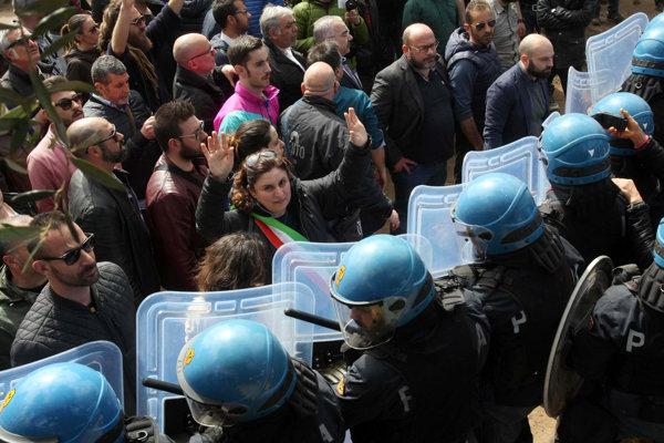 Taliani protestovali proti presádzaniu olív.