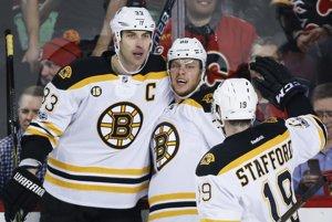 Zdeno Chára (vľavo) nazbieral v NHL už toľko bodov, koľko tak skoro nezíska žiadny slovenský obranca.