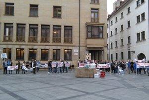 Na Primaciálne námestie prišli protestovať ľudia za zákaz hazardu aj proti nemu.