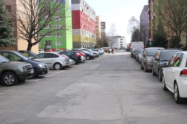 Problém s parkovaním majú najmä v mestskej časti Veča.