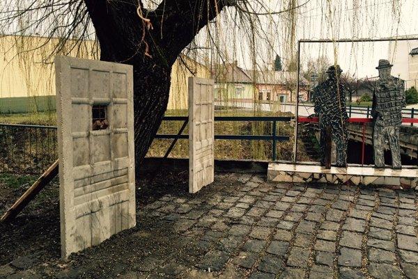 Na symbolických dverách od výtvarníka Fera Guldana má byť pamätná tabuľa venovaná pamiatke vyše 120 Židov zo Sobraniec a okolia do Osvienčimu.