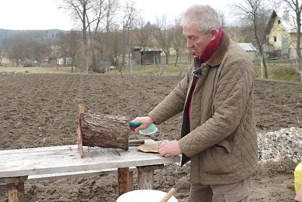 Jozef Mikušík hovorí, že búdky pre vtáky nestačí v záhrade len urobiť a zavesiť. Treba sa o ne aj starať.