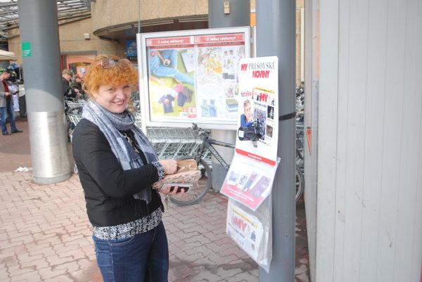 Divízna šéfredaktora MY Jana Paulovská pri jednom z predajných vakov na Sídlisku III v Prešove.