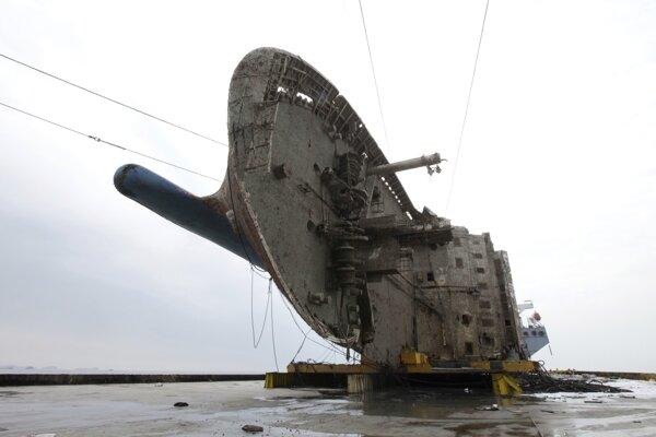 Vyzdvihnutý trajekt Sewol.