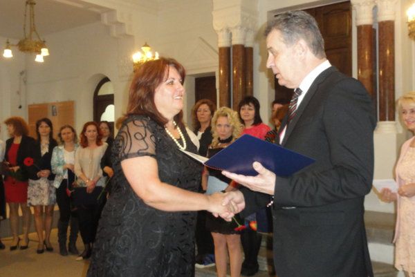 Ocenenie z rúk primátora Jozefa Dvonča si prevzala aj Iveta Miková, riaditeľka Základnej školy kniežaťa Pribinu.