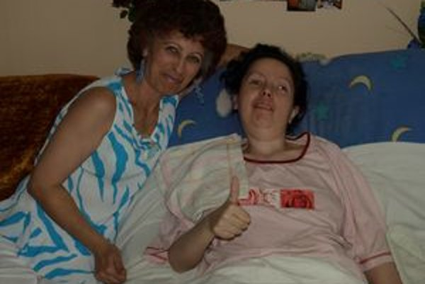 Mirka so svojou mamou ukazuje, že sa má dobre.