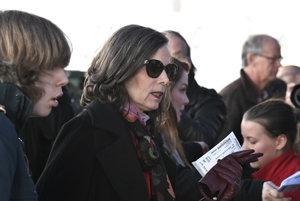 Generálna tajomníčka akadémie Sara Daniusová prichádza na stretnutie s Dylanom.