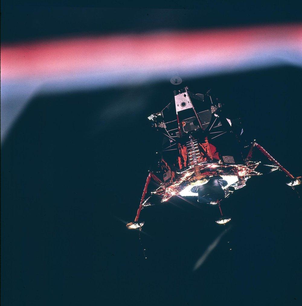 Apollo 11 bola prvé kozmické vozidlo, ktoré pristálo na povrchu Mesiaca.
