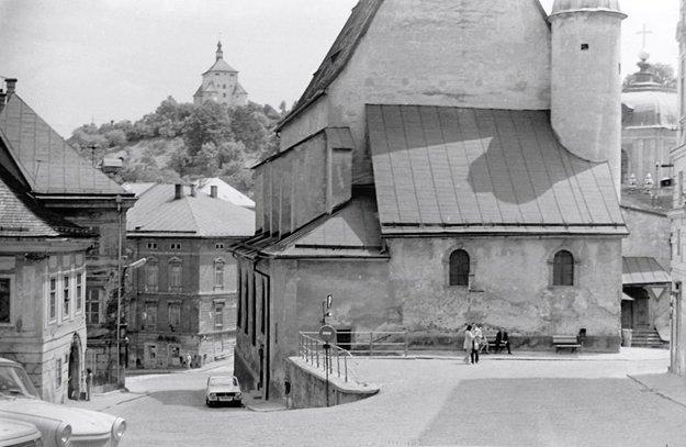 Kostol sv. Kataríny vpravo, v pozadí Nový zámok.