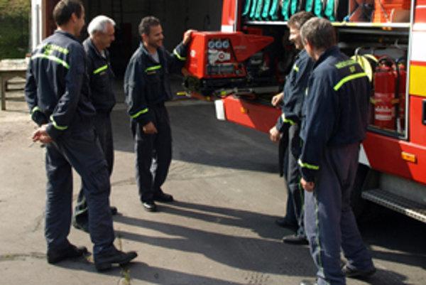 Handlovskí hasiči, aj keď ich je málo, musia zvládnuť robotu ako na veľkom útvare.