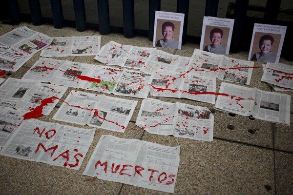 """Nápis v španielčine znamená """"žiadne ďalšie úmrtia"""". Novinárku na fotografii, Miroslavu Breach, zabili na severe krajiny 25. marca."""