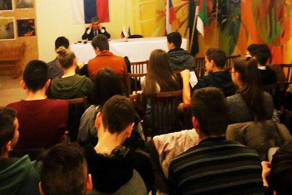 Deviataci na stretnutí so starostom Albínom Maslaňákom.