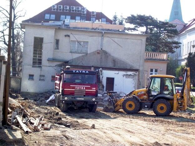 Prístavba je preč, v pozadí vidieť hlavnú budovu, ktorú Nitrania volajú stará vrátnica.