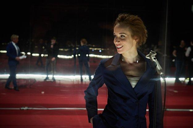 Táňa Pauhofová hrá jednu z obetí ŠtB a potom aj moderátorku, ktorá spovedá bývalých kolaborantov.