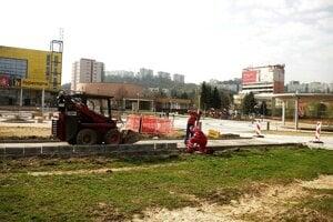 S rekonštrukciou pokračujú, začali s prácami na chodníkoch.