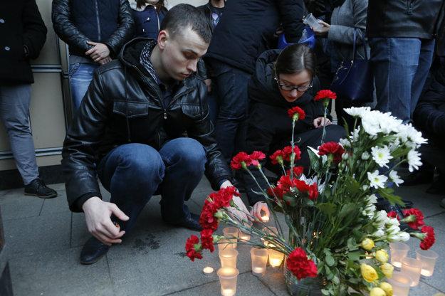 K miestu, kde došlo k výbuchu, prichádzajú Rusi zapaľovať sviečky a uctiť si tak pamiatku všetkých obetí.