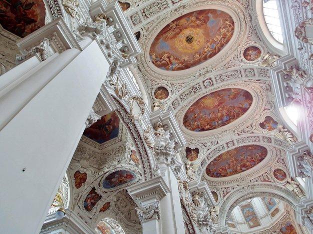 Interiéry kostolov v Passau sú biele