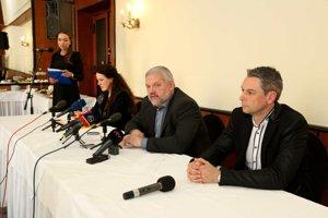 Stanislav Mičev (v strede) so svojim volebným tímom.