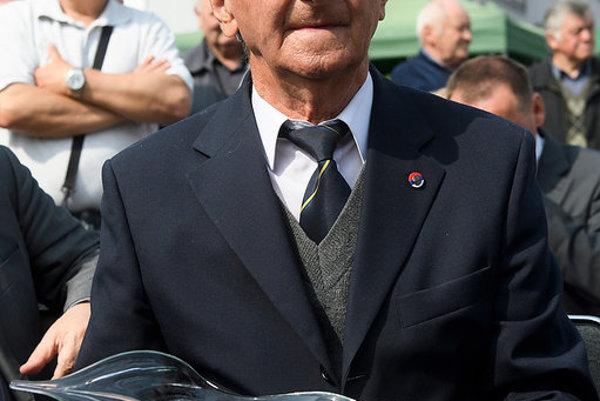 Profesor Hričovský s cenou, ktorú urobili v Lednických Rovniach.