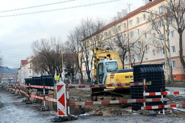 Obnova tratí. Práce na Zimnej a Boženy Němcovej.