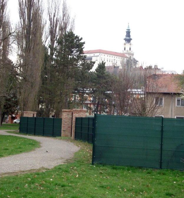 Pohľad na časť súkromného plota smerom k PKO.