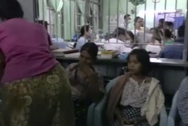 Záber z videa na preživších nešťastia.