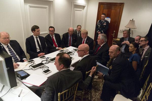 Trump so svojím najužším tímom sleduje útok v Sýrii.