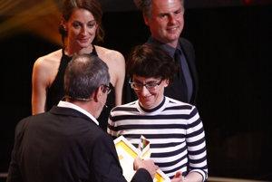Producentka Zuzana Mistríková si preberá cenu Slnko v sieti za film Učiteľka.