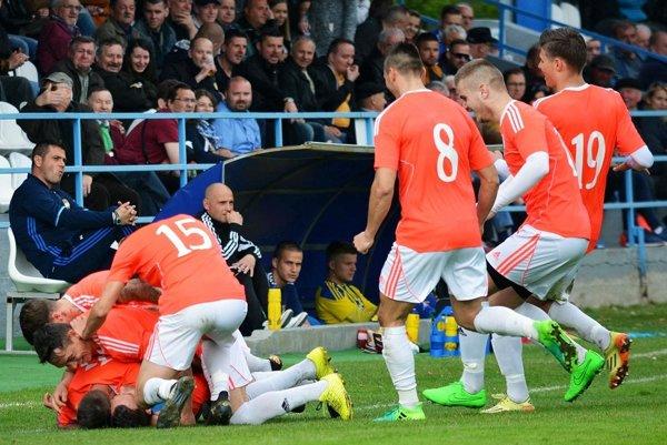 Takto sa tešili hráči Gabčíkova po góle striedajúceho M. Kósu na 3:1. Domáci porazili DAC B/Vrakúň 3:2.
