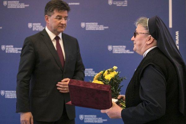 Sestra Lucia preberá od ministra Lajčáka ocenenie pre sestru Veroniku in memoriam.