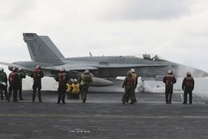 F-18 sa pripravuje na odlet z lietadlovej lode USS Carl Vinson.