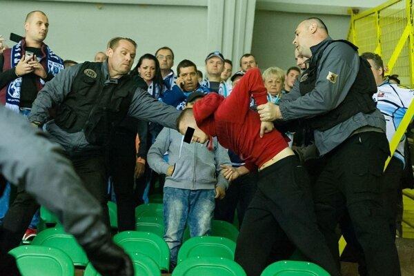 Ochrankári vyvádzajú z hľadiska fanúšika Nitry počas štvrtého zápasu play-off semifinále Tipsport ligy medzi MsHK Žilina - HK Nitra.