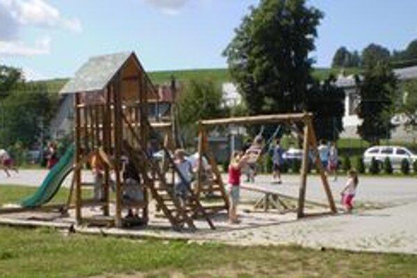 V lete je v Kocuranoch živo. Mladé mamičky oddychujú so svojimi ratolesťami v športovo-relaxačnom areáli, ktorý v obci vybudovali len nedávno.