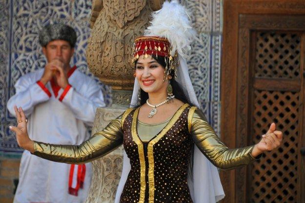 Speváčka v tradičnom oblečení.