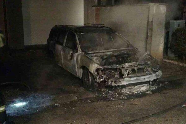 Auto horelo v obci Šintava.