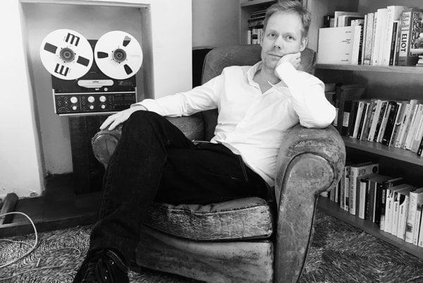 Max Richter (51) patrí k najvýznamnejším súčasným skladateľom klasickej hudby. Študoval na londýnskej Royal Academy of Music. Medzi jeho najznámejšie diela patrí album Recomposed, skladba On the Nature of Daylight a jeho soundtracky pre seriáli Taboo alebo The Leftovers.