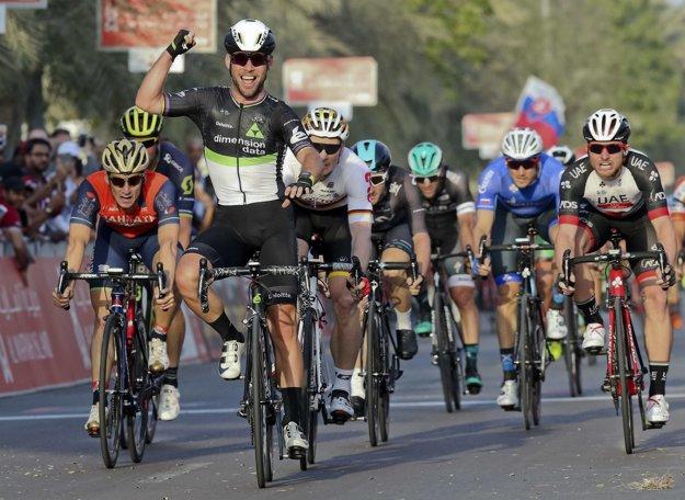 Mark Cavendish vyhráva prvú etapu februárových pretekov Okolo Abú Zabí.
