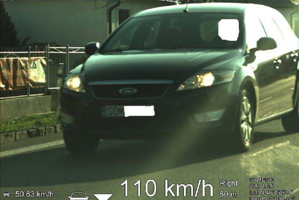 Policajná fotka, usvedčujúca vodiča z prekročenia rýchlosti.