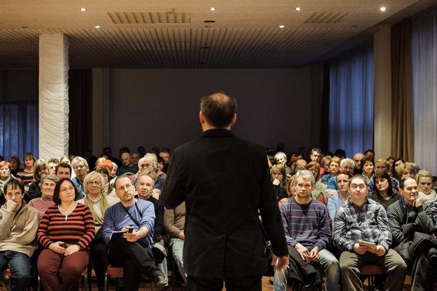 Dav sleduje vystúpenie Andreja Kisku na mítingu v Dolnom Kubíne.