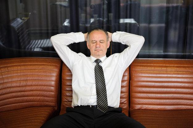 Minúta odpočinku pred ďalšou televíznou debatou v RTVS ráno po prvej volebnej noci.