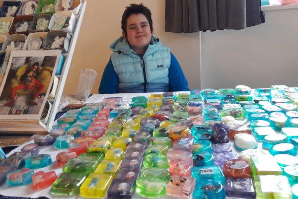 Takto nájdete Matúška predávať svoje originálne mydlá  FOTO: Matúš Pokorný