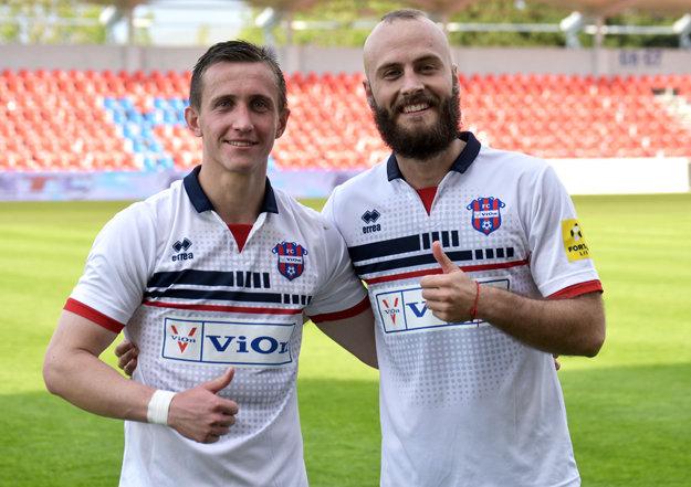 Autori gólov, ktoré priniesli víťazstvo 2:1 - zľava Damián Bariš a Milovan Kapor.