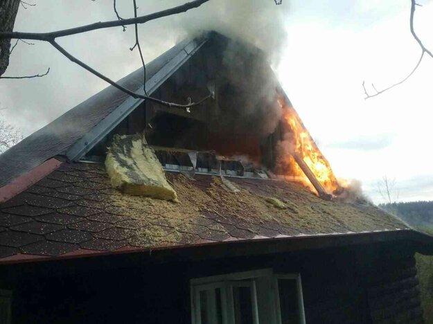 Príčinu požiaru rodinného domu vyšetrujú.