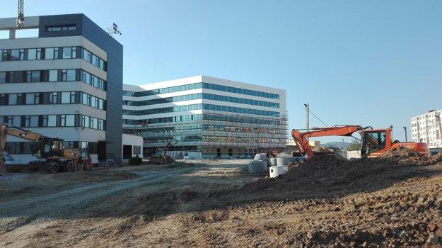 Apríl 2017. Len čo tu urobia nové parkoviská, zastavajú ich budovou.