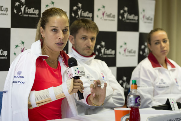 Dominika Cibulková prišla na tlačovú konferenciu s rukou v dlahe.
