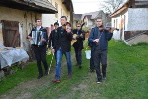 Chlapci mali v rukách vedrá aj hudobné nástroje.