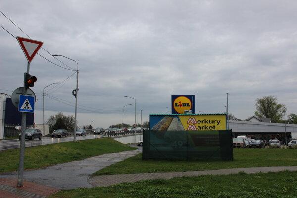 Neštandardný spôsob riešenia: Bilbord oplotili a prekryli FOTO: mesto Malacky