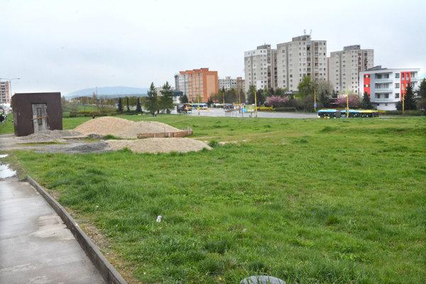 Zatrávnené plochy. V budúcnosti ju majú obsadiť byty, športoviská i obchody.